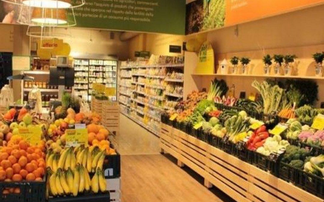Prodotti biologici nei supermercati in banchi frigo dedicati